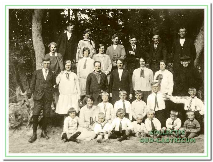 Op deze foto uit ca. 1924 staan alle bewoners van de Bleumerweg.