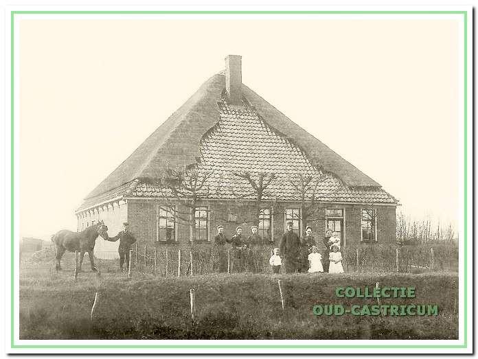De boerderij van Ab van Duin. Op de foto links met paard Dirk Koning en rechts zijn vrouw Geertje Burger met kind op de arm (zie 13).