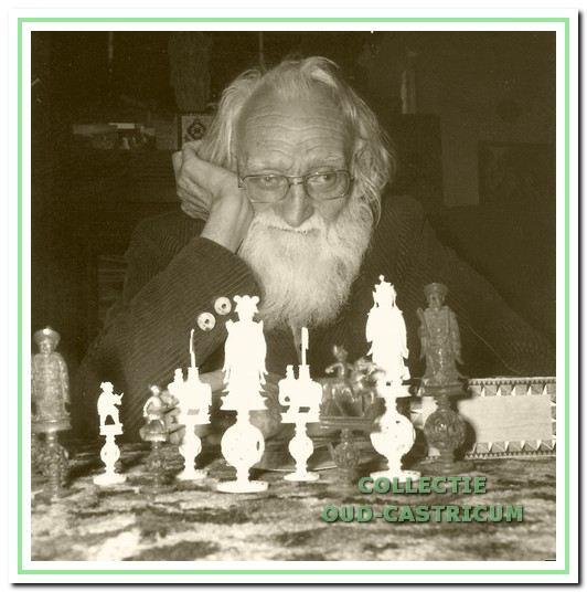 Houtsnijwerk: Jaap Kraakman geportretteerd achter zijn bijzondere schaakstukken.