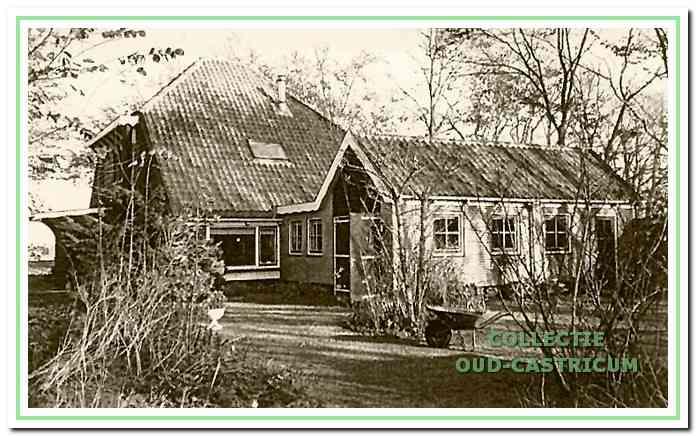 Boerderij de Luif. Als een onvolledige stolp is deze boerderij voor 1853 gebouwd op een smalle strook grond van ca. 30 m2 door Willem Kraakman.