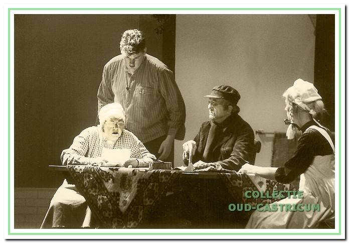 Sfeervol beeld uit 'SU de Strandjutter', de grootste jubileumproductie aller tijden uit 1999 met V.l.n.r. Rina Oorthuis, Erwin Dekker, Ronald Kuijer en Saskia Claassens.