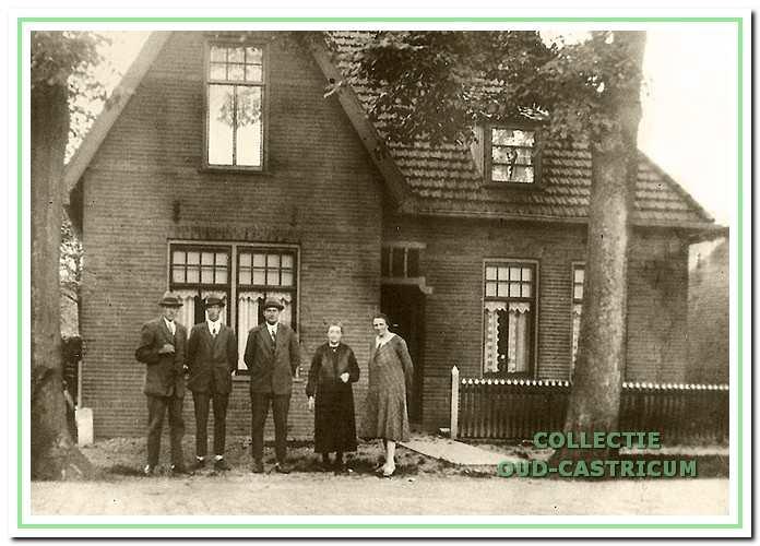 Het woonhuis Dorpsstraat 12, ca. 1930. Voor de woning van links naar rechts: Johannes de Nijs, Gerardus de Nijs, Petrus de Nijs, Maria de Nijs - Delis en Alida de Nijs - Brakenhojf.