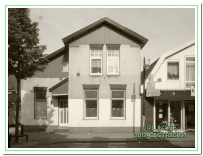 Foto van het pand Dorpsstraat 24, dat sinds de bouw nauwelijks is veranderd.