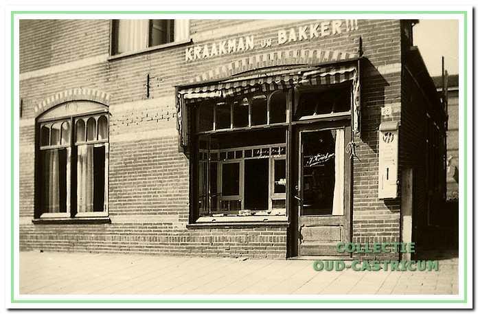 Gedeelte van het pand Dorpsstraat 26, waarin bakkerij Kraakman is gevestigd, ca. 1950.