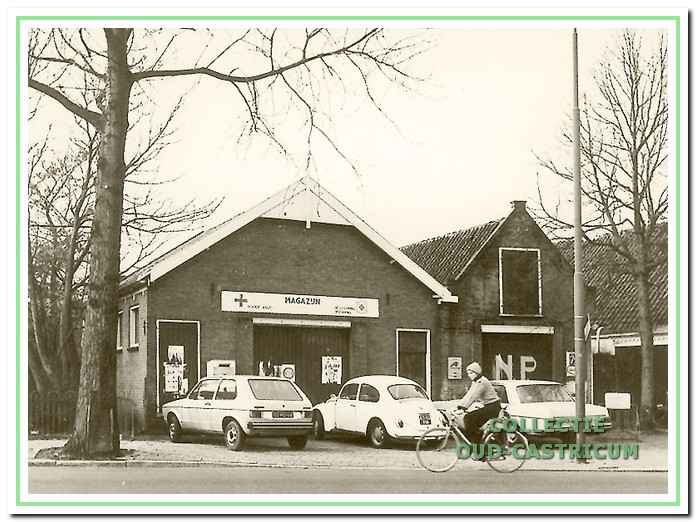 Foto genomen ca. 1960 van het voormalige veilinggebouw Dorpsstraat 40, hier in gebruik als magazijn voor het Rode Kruis en de BB. Het nevenpand op 40A toont op de deur de letters NP (Niet Parkeren) en was waarschijnlijk in gebruik als garage.