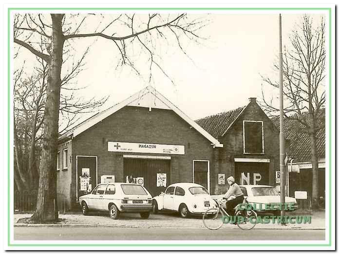 De voormalige veiling werd magazijn en later verenigingsgebouw van het Rode Kruis. Zowel hier als bij drogisterij Peijs in Bakkum hingen kastjes waar lectuur in kon worden gedeponeerd voor verdere verspreiding.