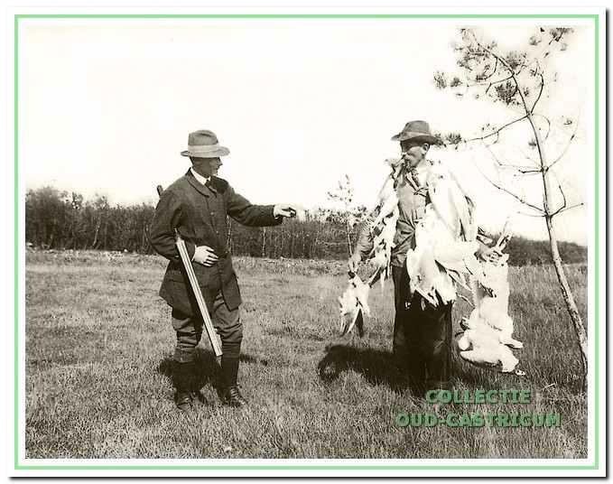 Jonker Frits heeft jachtopziener Schellevis behangen met de meeuwen die hij heeft geschoten.