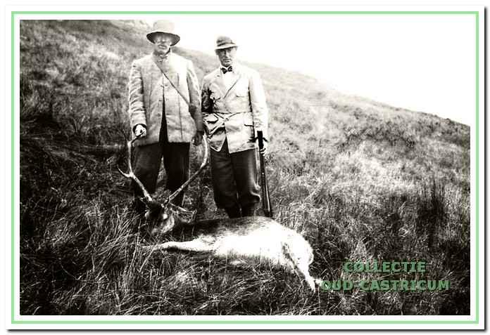 Frits en jachtopziener Gijs met een geschoten hert in Schotland.