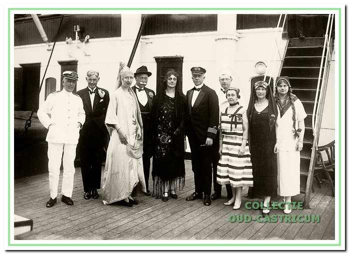 Jonkheer Frits Gevers, tweede van links, op een schip van de Rotterdamse Lloyd op weg naar Indië.
