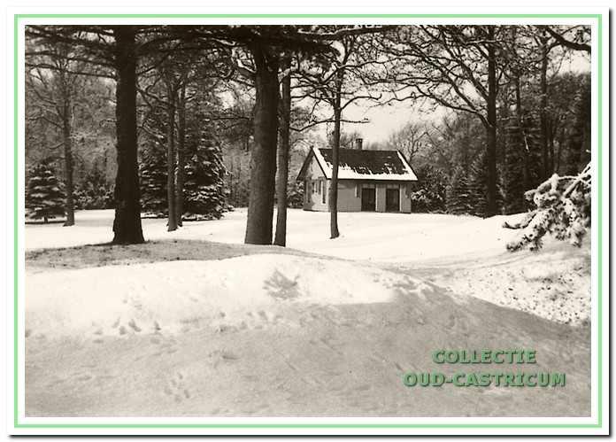 Het jachthuis aan de Oude Schulpweg in de sneeuw.