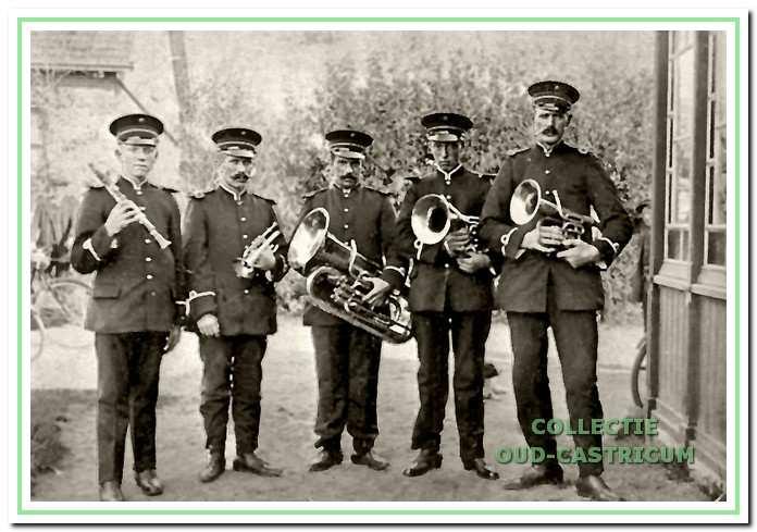 Omstreeks 1908 namen Wim Jacobs, Willem Castricum, Gerrit Duinmeijer, Piet Zonneveld en Jaap Leuring het initiatief om een blaaskapel op te richten. Dit gezelschap was de basis van waaruit enkele jaren later twee fanfares zouden ontstaan.