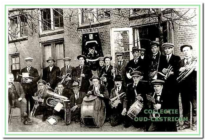 De patronaatsfanfare opzij van café Wan Benthem in 1932. Staand v.l.n.r: Arie Hageman, Piet Dijkman, Cor de Graaf, Wub Baars, Piet Lute, Dirk Stuifbergen, Piet Brakenhoff, Dirk Liefting, Jan van Benthem, Piet Beentjes, Krun Schram en Willem Res; zittend: Piet Kuijs, Joop Hageman,(?), Cor Nijman, Adriaan Dekker, Cees Mooij, Ber van Benthem en Gerrit Baars.