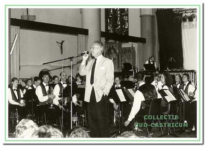 In de zomer van 2001 werd het indrukwekkende stuk 'La Guerre Oubliée' in de Pancratiuskerk gespeeld. Voorzitter Heuberger spreekt het publiek toe.