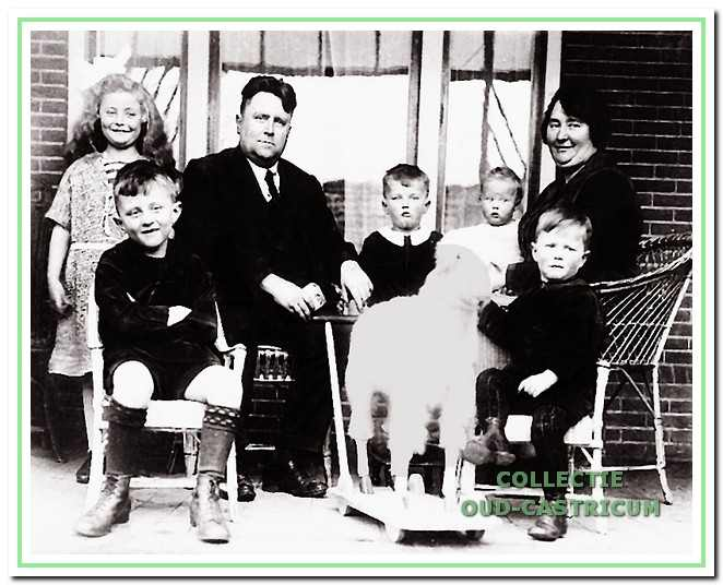 Het gezin van notaris Stuyt omstreeks 1926. V.l.n.r.: Lotte, Tom, vader Jacob Stuyt, Jan, Henk, Job en moeder Engelina van den Brink.