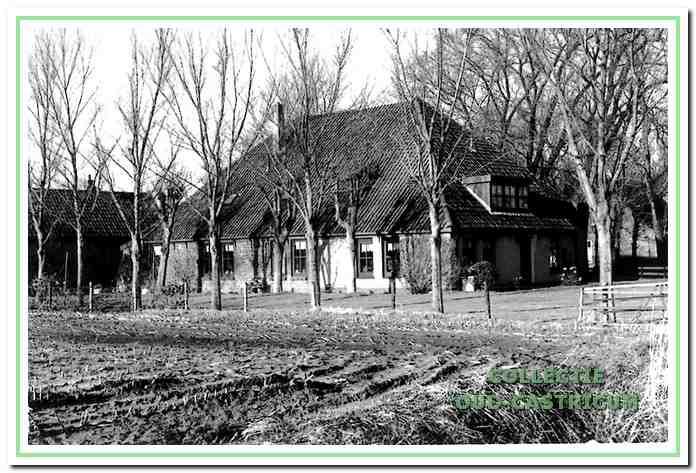 De zuidzijde van de boerderij aan de Breedeweg 75, waar P. Idema en Gré Glorie wonen.