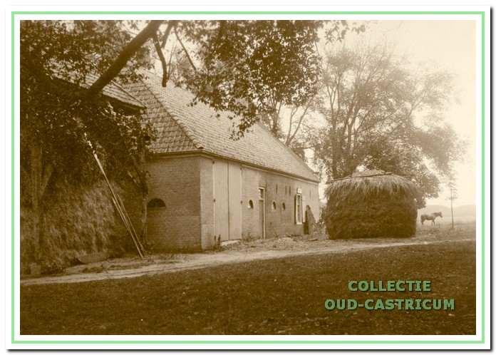 De zuidwesthoek van boerderij Johanna's Hof. De boerderij is hier nog in agrarisch gebruik.