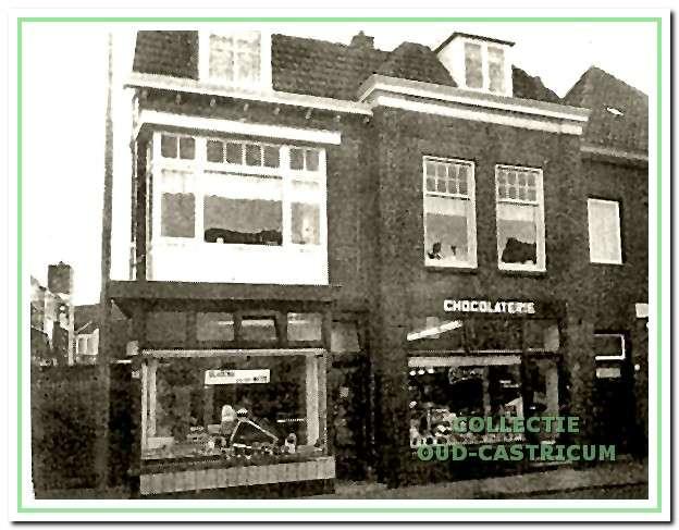 Foto uit 1971 met op Dorpsstraat 41 een chocolaterie en op 43 slagerij Van der Meer, die later naar Dorpsstraat 37 verhuisde.