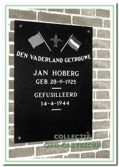 Gedenkplaat voor Jan Hoberg bij de ingang van de R.-K. begraafplaats.