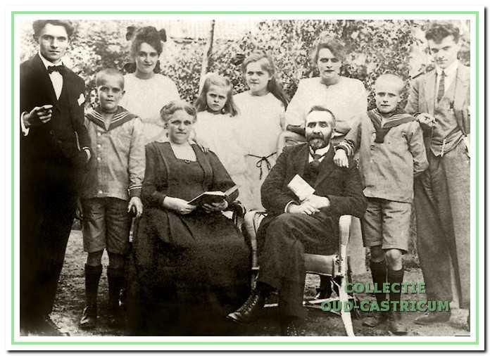 Links op de foto Huibert van Ginhoven met zijn vader en moeder, broers en zusters. Vader J.A.J. van Ginhoven was achtereenvolgens hoofd van de christelijke lagere school in Marken, Oude Wetering en Barendrecht. De foto is genomen ter gelegenheid van zijn 25-jarig huwelijksfeest en zijn 25-jarig jubileum als schoolhoofd.