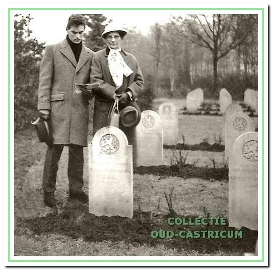 Kees van Ginhoven en zijn moeder Cornelia Feij (1902-1990) bij het graf van Huibert in Osnabrück.