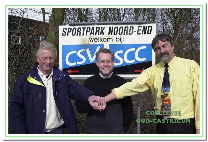 De handen van v.l.n.r.: Cees Jansen (voorzitter CSV), wethouder Bert Meijer en Peter van Splunter (voorzitter SCC) gaan in april 2001 op elkaar voor een fusie van de twee voetbalverenigingen (foto Kees Blokker).