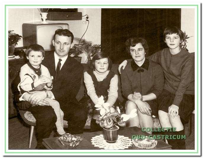 Piet de Groot met echtgenote Annie de Ruyter met hun drie dochters.