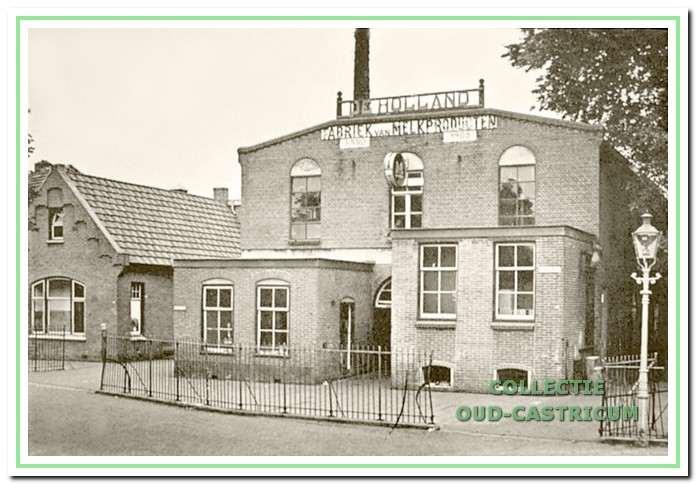 De melkfabriek met uitbouwen aan de voorzijde en links op de foto het kantoor dat in 1925 werd gebouwd.