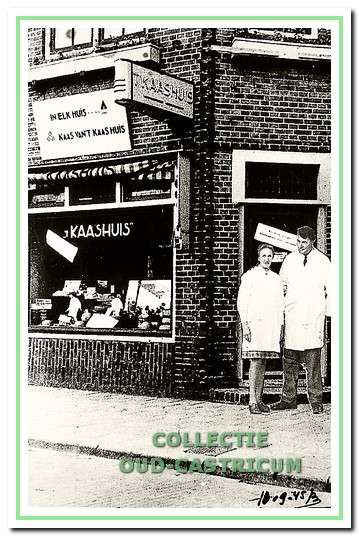 Het kaashuis van Bank Beentjes, die hier is afgebeeld met zijn vrouw voor de winkel (nr 35) in 1945.