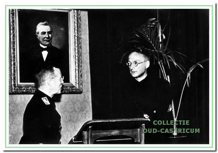 De installatie van de heer W.J. Masdorp tot burgemeester van Castricum op 30 juni 1942 door de 'commissaris der provincie' mr. A.J. Backer. Dit vond plaats in de raadszaal van het gemeentehuis.