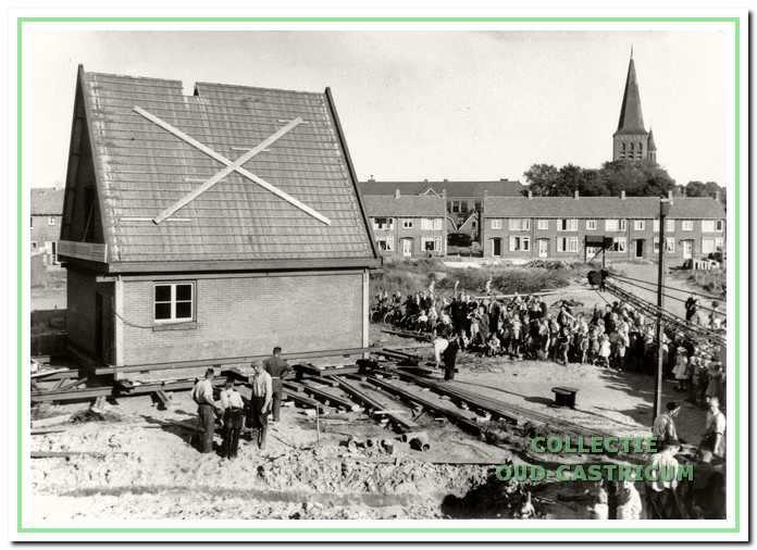 De verplaatsing van de tuinderswoning van de familie Schut van de Koningin Wilhelminalaan naar de Prinses Beatrixstraat symboliseert de verandering van tuinbouwcentrum tot forensendorp.