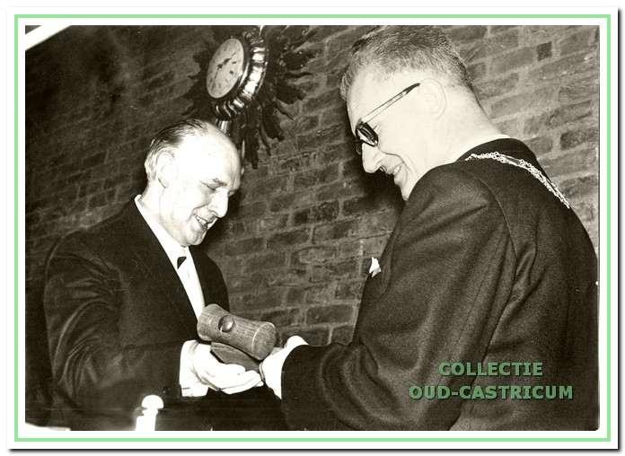 Loco-burgemeester Hendrikse droeg op 3 januari 1969 de voorzittershamer over aan burgemeester Van Boxtel. Een nieuw tijdperk brak aan ...
