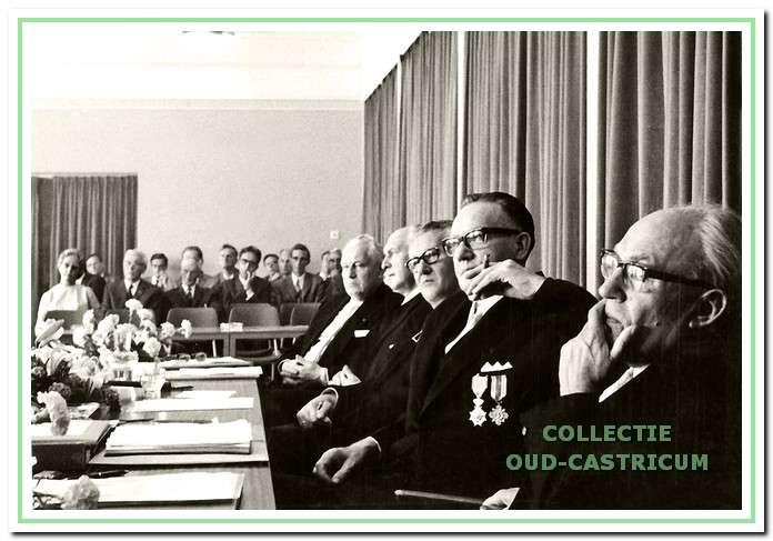 Aan de collegetafel zitten v.l.n.r.: de wethouders Kraakman en Hendrikse, burgemeester Van Boxtel, gemeentesecretaris Louter en wethouder Kooiman. De gemeenteraad vergaderde toen in de aula van de Juliana van Stolbergschool. De foto is gemaakt bij het afscheid van secretaris Louter, die per 1 juli 1970 werd opgevolgd door Fons Mok.