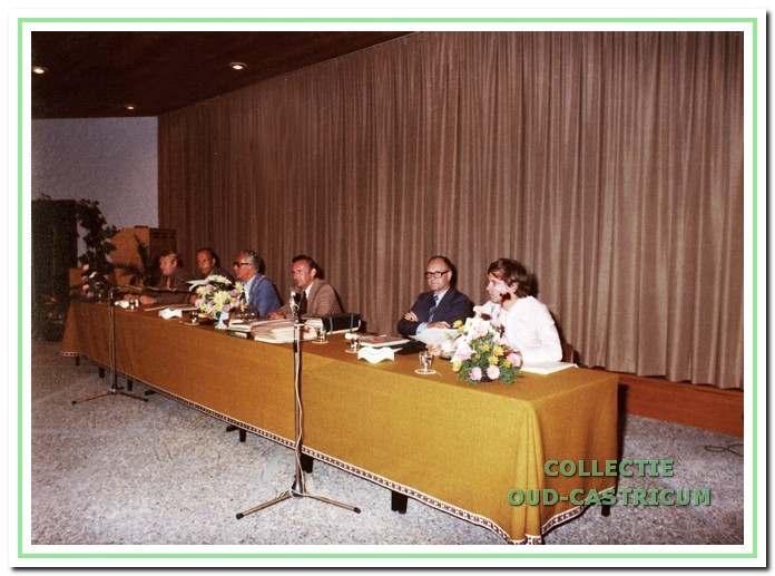 Het college van burgemeester en wethouders zoals het vanaf 1974 was samengesteld. V.l.n.r: de wethouders H.P. Wokke en L.W. Stam, burgemeester W.C.A.M. van Boxtel, gemeentesecretaris A.G.M. Mok en de wethouders H. van der Velde en H.A. Poeze.