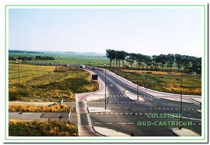 Rond 1970 eindigde de Soomerwegh nog ter hoogte van de Beethovensingel, omdat nog niet alle grond in handen was van de gemeente. Het verkeer werd op dat punt weer naar de oude Alkmaarderstraatweg geleid. Hier een foto van deze tijdelijke oplossing genomen vanaf de Offenbachflat.
