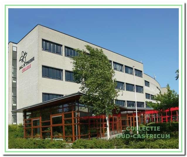 Het gebouw van het Jac.P. Thijsse College dat in 1995 werd geopend. In 2007 telt de school ruim 2000 leerlingen.