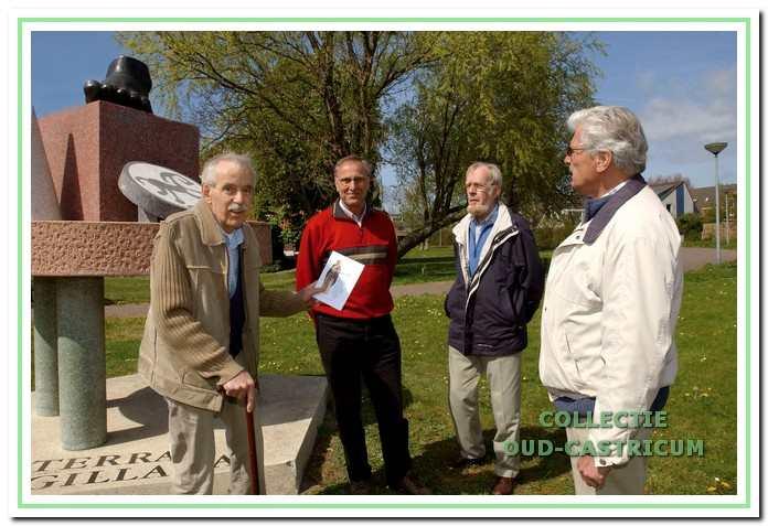 Het eerste exemplaar van de wandel- en fietsroute 'Op zoek naar Hilde' werd in april 2007 door voorzitter Piet Blom en samensteller Ernst Mooij overhandigd aan Harry Vermanen, de mentor archeologie van de werkgroep.