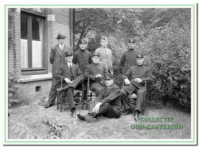 Derk van Deelen met collega-parkwachters en portiers.