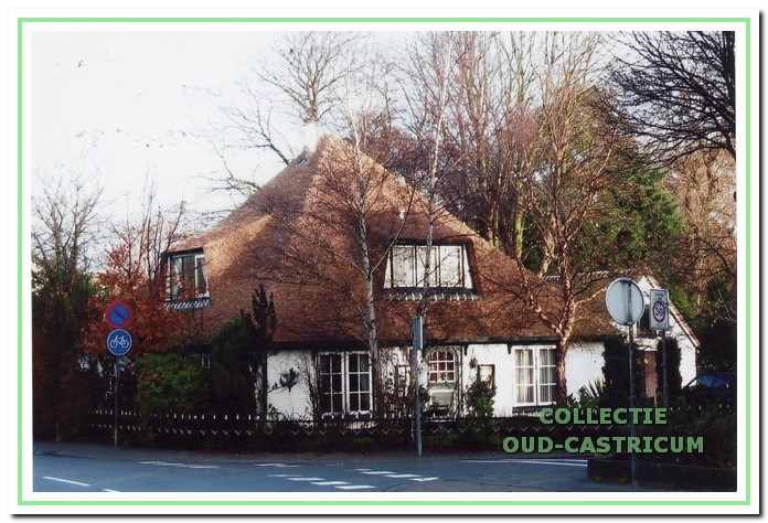 De boerderij aan de Heereweg in 2002: de dakpannen zijn vervangen door riet.