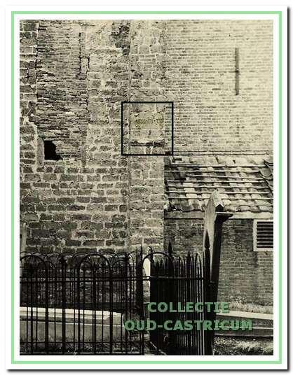 De foto uit 1947 van de steunbeer met de gevelsteen en het ingebeitelde jaartal.