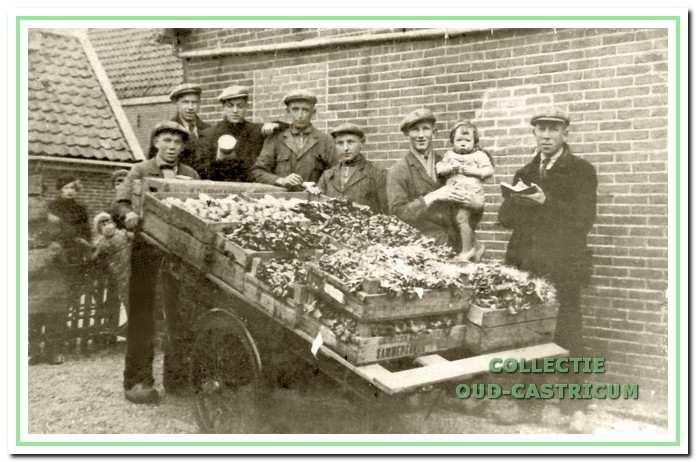 Foto uit 1938 bij de winkel van groenteboer Hein Zonneveld (rechts) aan de Mient.