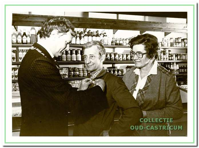 Nico Scheerman werd ter gelegenheid van zijn 40-jarig jubileum bij Stengs in november 1980 koninklijk onderscheiden door burgemeester Gmelich Meijling. Rechts echtgenote Annie Wouters.