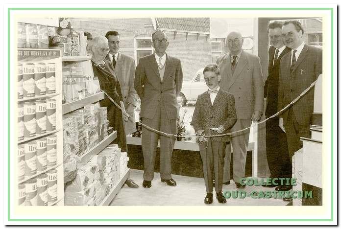 Opening van de verbouwde winkel begin jaren 1960.