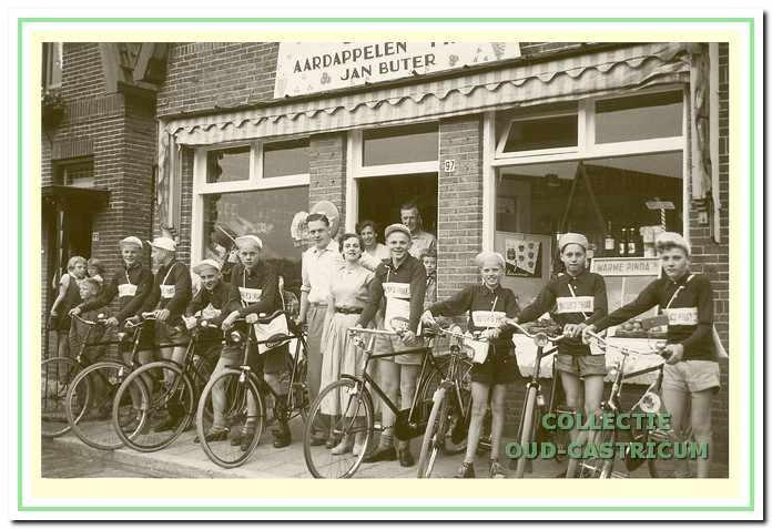 Buter sponsorde wielrennertjes die meededen aan de Tour de Flevo in de jaren 1950.