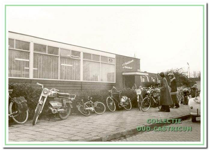 Het noodgebouw van de r.-k. bibliotheek aan de Burgemeester Boreelstraat deed dienst van 1964 tot aan de fusie met de Algemene bibliotheek. Op 1 januari 1970 was de gezamenlijke jeugdafdeling hier gevestigd.