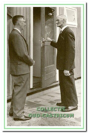 Opening door wethouder Klaas Veldt van het noodgebouw van de Algemene bibliotheek op 5 juni 1963. Links voorzitter dr. Th. Meyer.