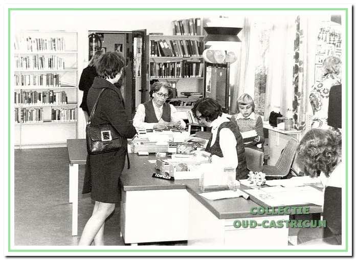 De stempelplaats in de algemene bibliotheek. Aan de bureaus Ans Kordes en rechts mevrouw Tonna Lucassen.