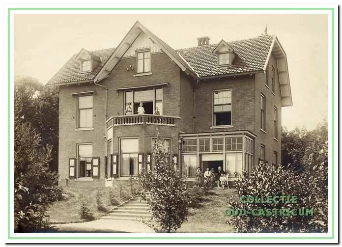 Jacobi bewoonde met zijn gezin de directeurswoning op de hoek van de Zeeweg en de Van Oldenbarneveldweg. Op het balkon staat moeder Jacobi met twee van haar kinderen. Vader Jacobi zit voor de serre en wordt omringd door de andere drie kinderen. De foto dateert van 1911-1912.