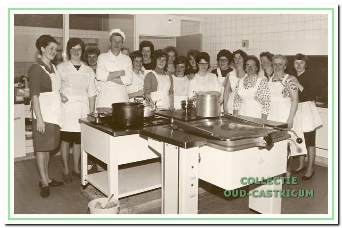 Het keukenpersoneel in 1964 met kok Jaap Beentjes.