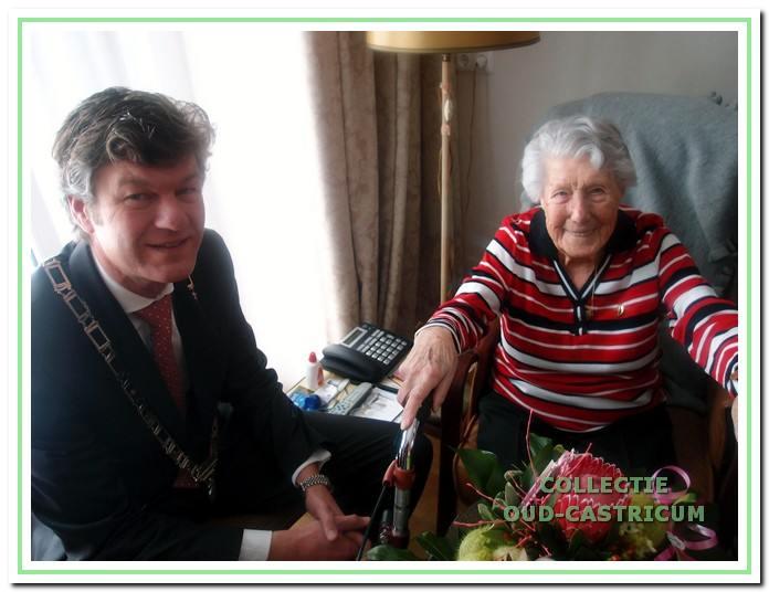 Burgemeester Mans feliciteert mevr. Ellens met haar 105e verjaardag in 2013.