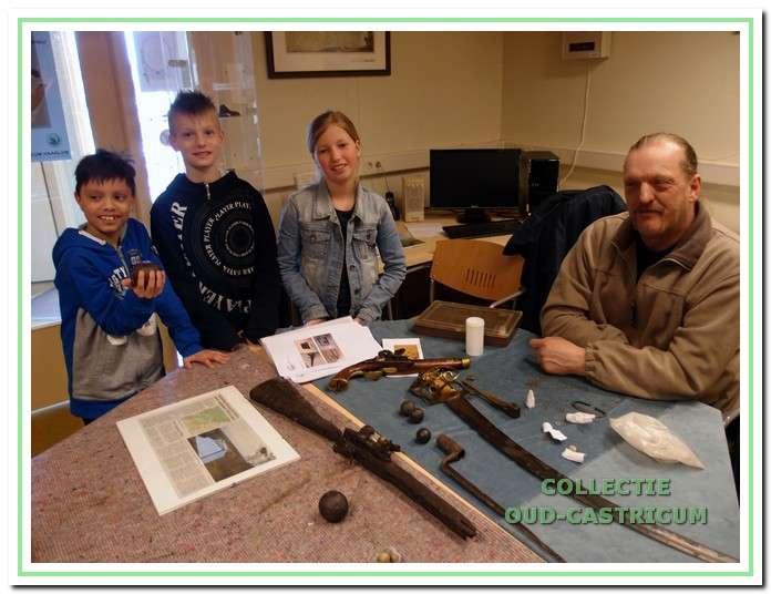 Scholieren krijgen van Cor Prins alles te horen over kogels en wapens tijdens het educatieproject 'Het mysterie van de Koperen Knoop'.